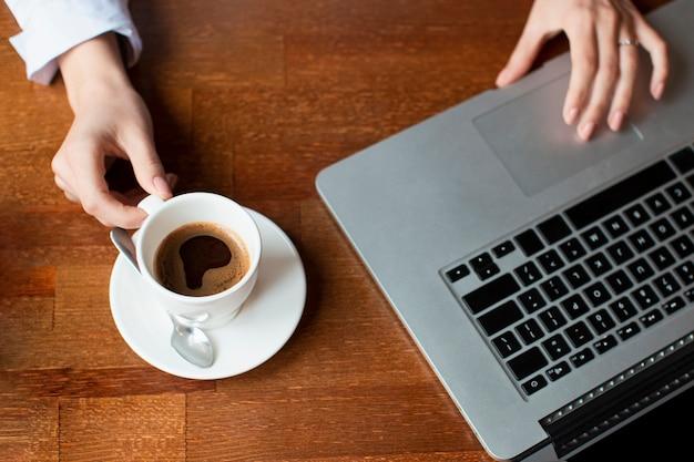 Bovenaanzicht werktijd met laptop