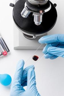 Bovenaanzicht wetenschapper die met een bloedmonster werkt