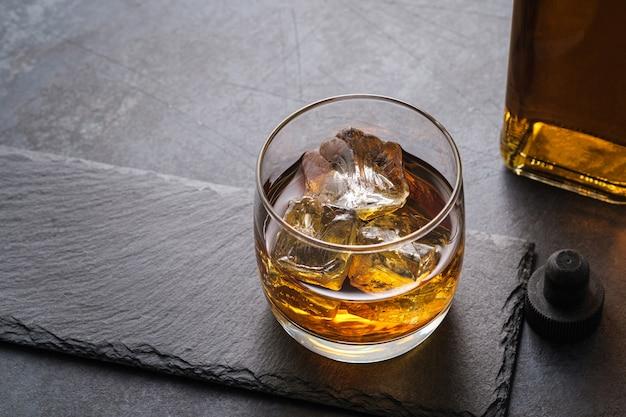 Bovenaanzicht whisky glas met blokjes