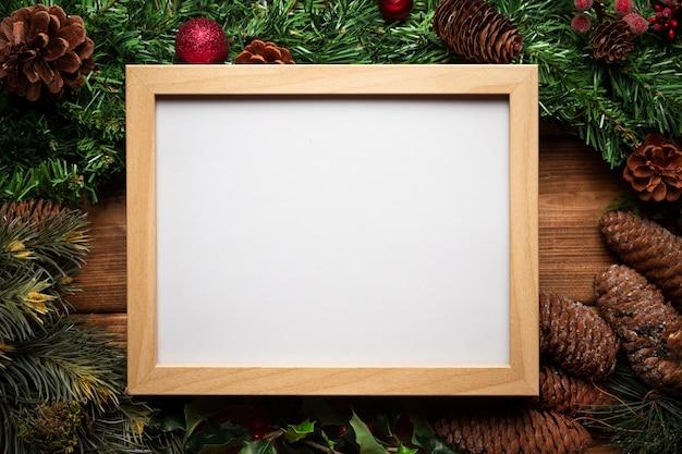Bovenaanzicht whiteboard met kerstdecoratie