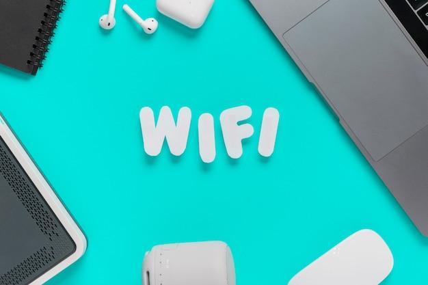 Bovenaanzicht wifi gespeld op bureau met muis