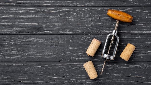 Bovenaanzicht wijn stoppers en kurkentrekker
