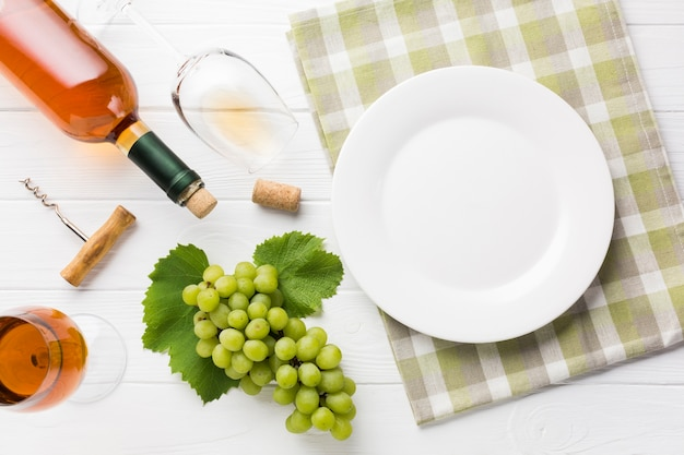 Bovenaanzicht wijnfles en glazen