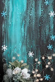 Bovenaanzicht, winterbloemen en slinger van lichten met kopie-ruimte