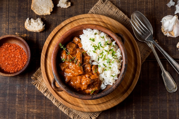 Bovenaanzicht wintervoedselstoofpot en rijst