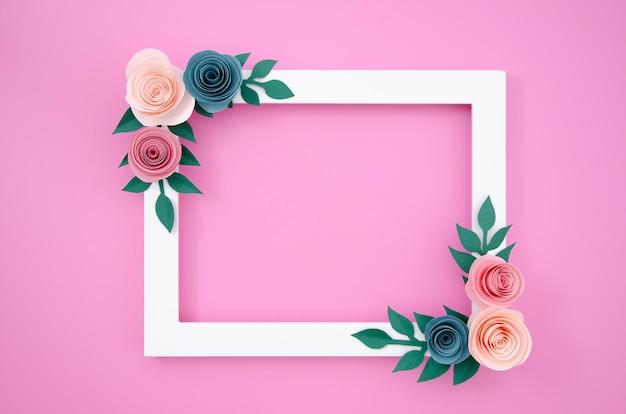 Bovenaanzicht wit bloemenframe op roze achtergrond