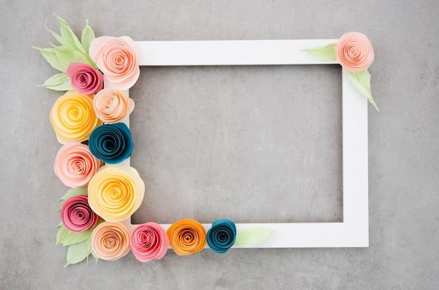 Bovenaanzicht wit elegant floral frame op cement achtergrond