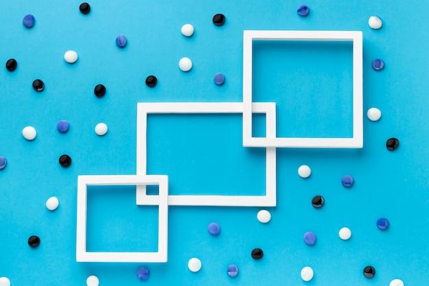Bovenaanzicht wit frame met kleurrijke kiezelstenen