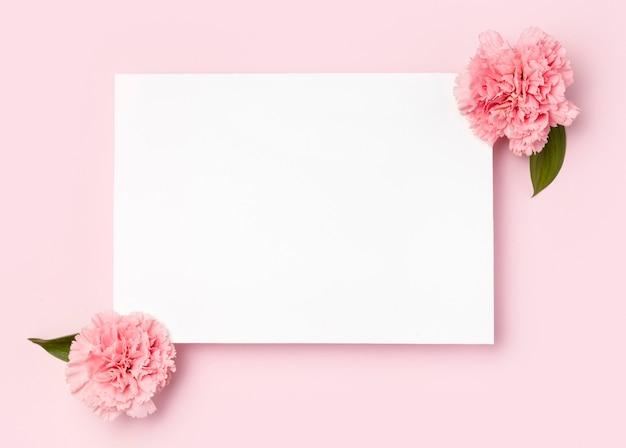 Bovenaanzicht wit frame omgeven door bloemen