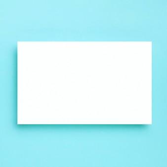 Bovenaanzicht wit frame op blauwe achtergrond