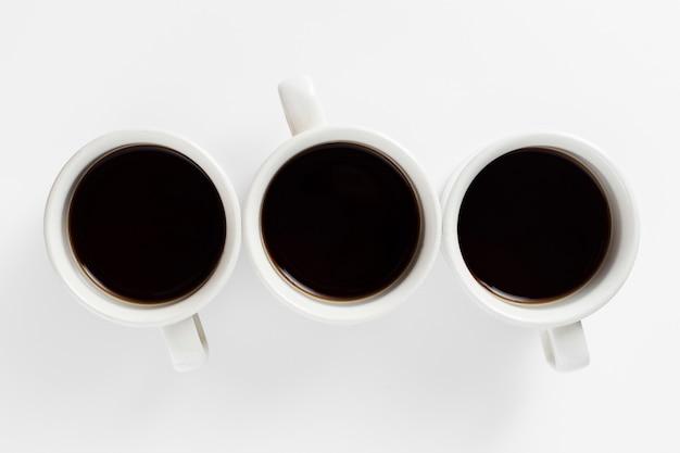 Bovenaanzicht wit ontwerp van mokken met koffie