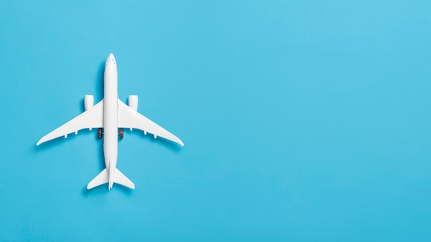 Bovenaanzicht wit vliegtuig met kopie-ruimte