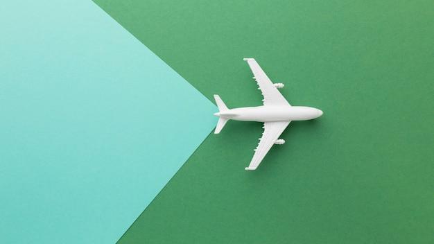 Bovenaanzicht wit vliegtuig op groene achtergrond