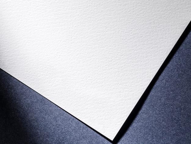 Bovenaanzicht witboek op blauwe achtergrond