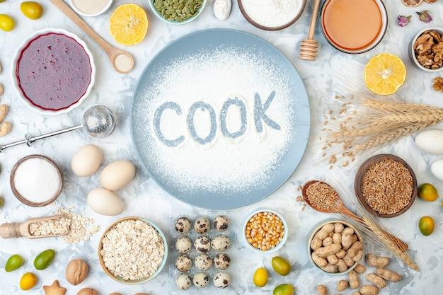 Bovenaanzicht witte bloem binnen plaat met noten, zaden en eieren op een wit notendeeg bak voedsel kleur cake biscuit taart kook foto