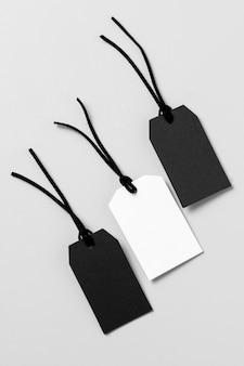 Bovenaanzicht witte en zwarte labels-samenstelling