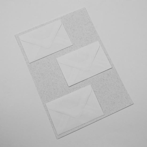Bovenaanzicht witte enveloppen arrangement