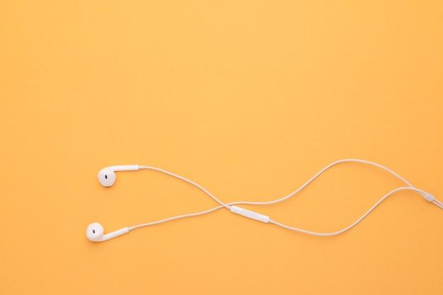 Bovenaanzicht witte oortelefoon.