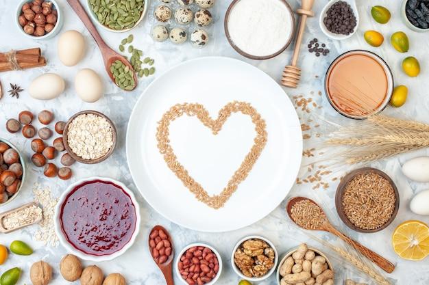 Bovenaanzicht witte plaat met gelei-eieren verschillende noten en zaden op wit deeg kleur cake zoete foto biscuit suiker taart noot