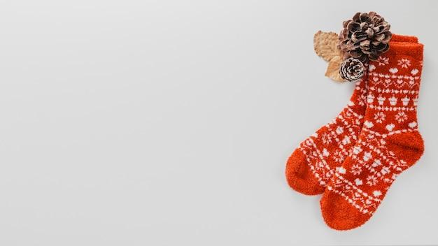 Bovenaanzicht wollen sokken en dennenappels met kopie-ruimte Gratis Foto