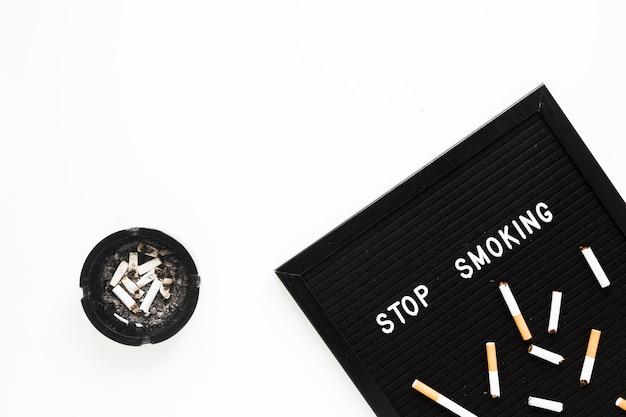 Bovenaanzicht woord met sigaretten