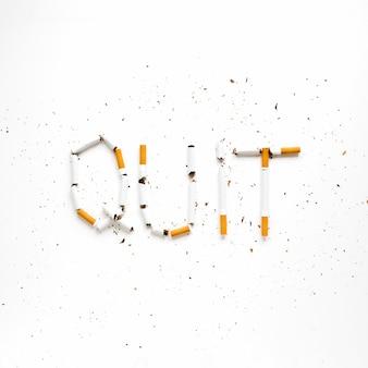 Bovenaanzicht woorden gemaakt door cigarretes