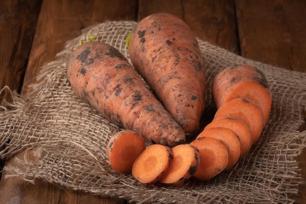 Bovenaanzicht wortel op tafel