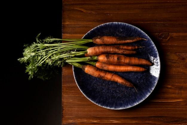 Bovenaanzicht wortelen op plaat