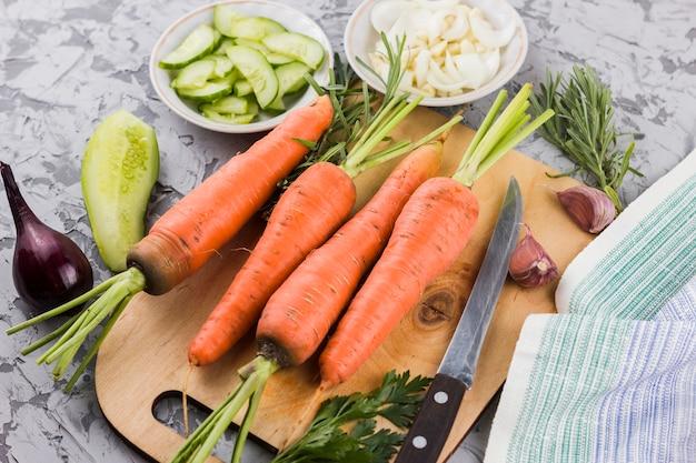 Bovenaanzicht wortelen op snijplank