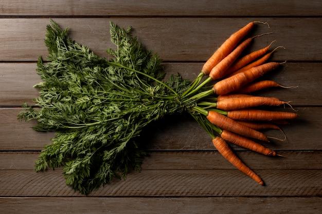 Bovenaanzicht wortelen op tafel