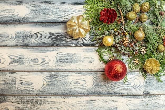 Bovenaanzicht xmas ornamenten geschenken snoepjes dennenboom takken op houten oppervlak