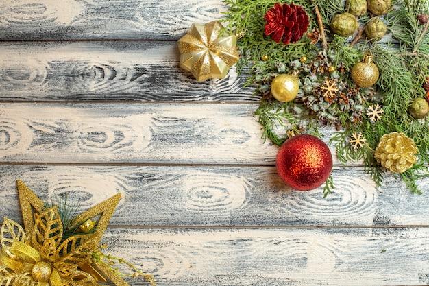 Bovenaanzicht xmas ornamenten geschenken snoepjes fir boomtakken op houten achtergrond vrije ruimte