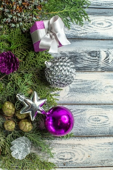 Bovenaanzicht xmas ornamenten klein geschenk dennenboom takken xmas speelgoed op houten oppervlak