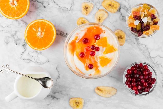 Bovenaanzicht yoghurt en mix van fruit