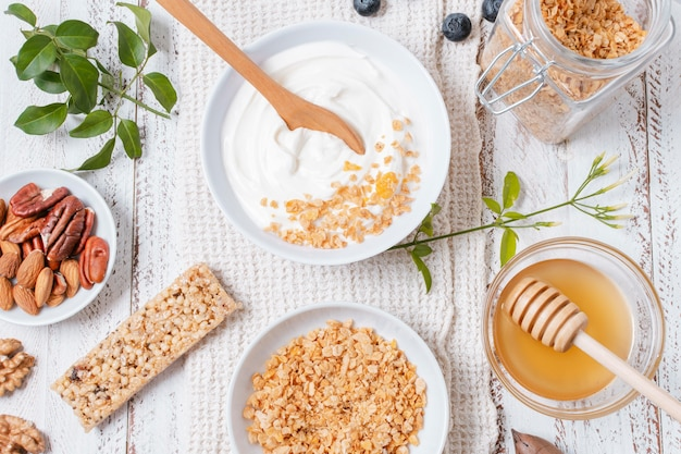 Bovenaanzicht yoghurt kom met haver op tafel