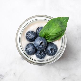 Bovenaanzicht yoghurt met bosbessen