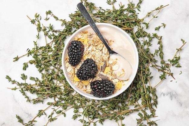Bovenaanzicht yoghurt met bramen en haver