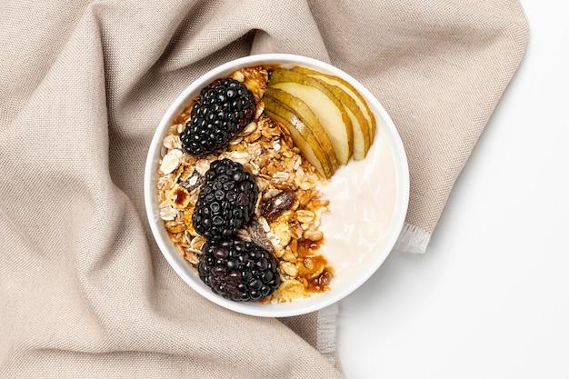 Bovenaanzicht yoghurt met haver, fruit en honing
