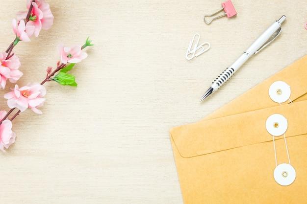 Bovenaanzicht zakelijk bureau achtergrond. de pen brief bloem c