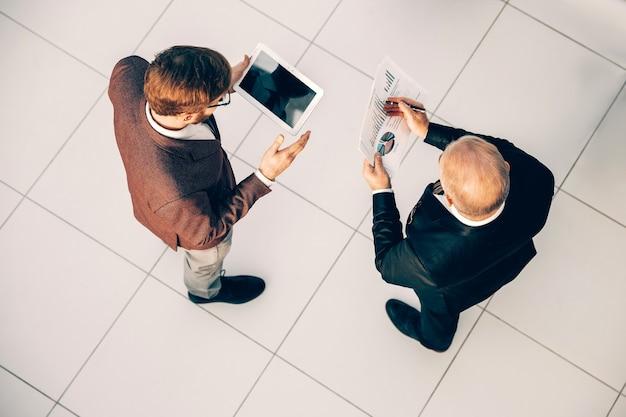 Bovenaanzicht. zakelijke collega's die financiële gegevens vergelijken. bedrijfsconcept.
