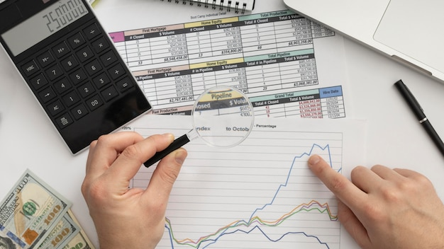 Bovenaanzicht zakenman bestuderen van een grafiek