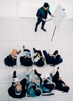 Bovenaanzicht. zakenman en business team op een werkvergadering