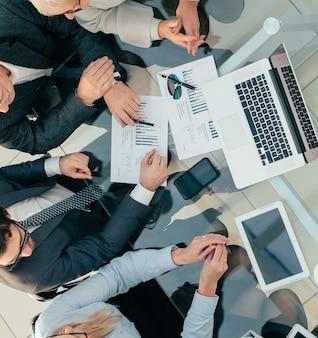 Bovenaanzicht. zakenvrouw financiële gegevens bespreken met collega's. foto met een kopie-ruimte.