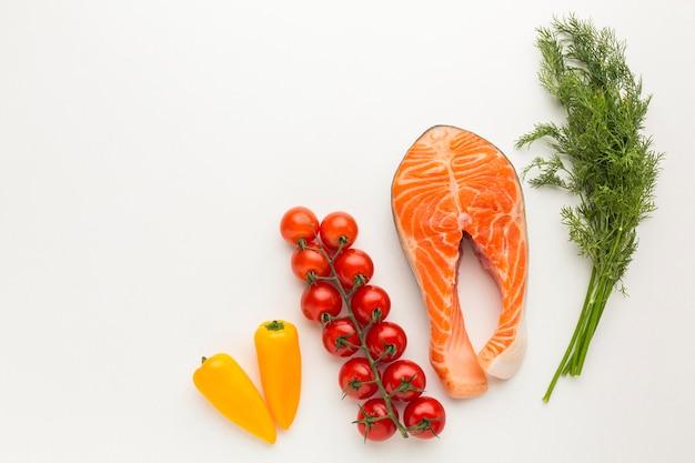 Bovenaanzicht zalm en groenten