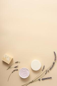 Bovenaanzicht zeep met lavendel naast