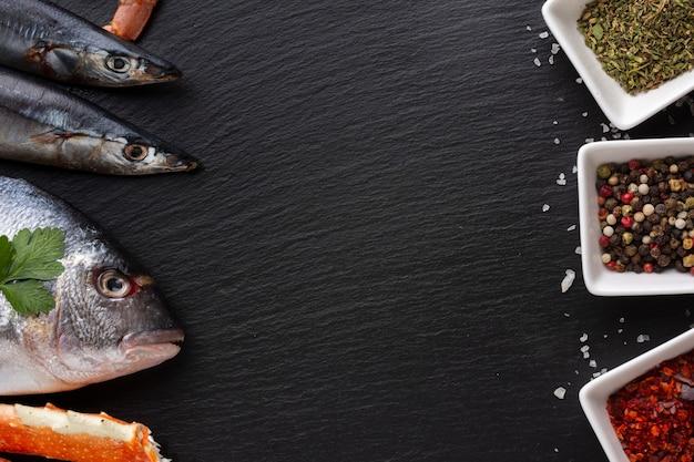 Bovenaanzicht zeevruchten en kommen met specerijen