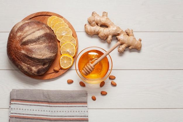 Bovenaanzicht zelfgebakken brood met gember en honing