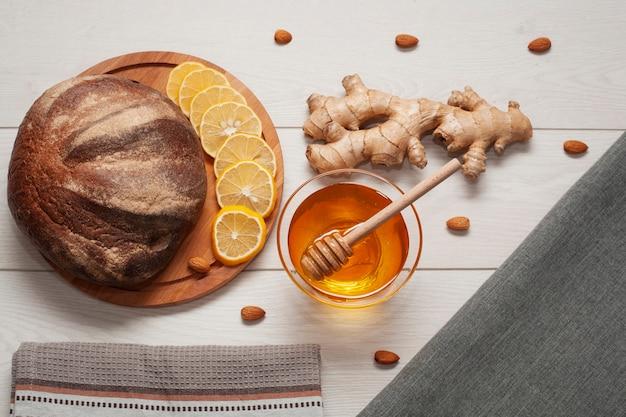 Bovenaanzicht zelfgebakken brood met honing en gember