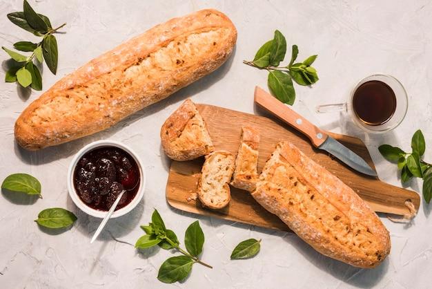 Bovenaanzicht zelfgebakken brood met jam op tafel