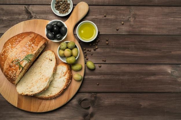 Bovenaanzicht zelfgebakken brood met kopie ruimte